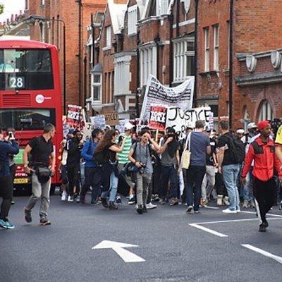 Массовые протесты и столкновения вспыхнули в результате смертельного пожара в Лондоне
