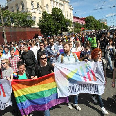 Противники Марша равенства в Киеве сожгли флаг ЛГБТ и устроили стычку с полицией