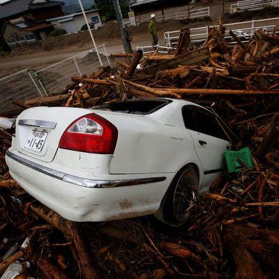 Смертоносный шторм накрыл Японию: машины смывает дождем, дома затапливает грязью (Фото)