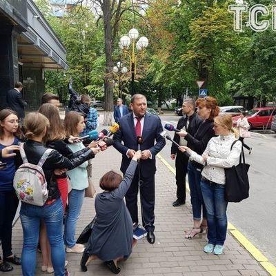 Добкин с «чемоданчиком» приехал в ГПУ (фото)