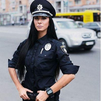 seksualnie-video-politseyskiy-silno-ebut-v-rot-tolpa