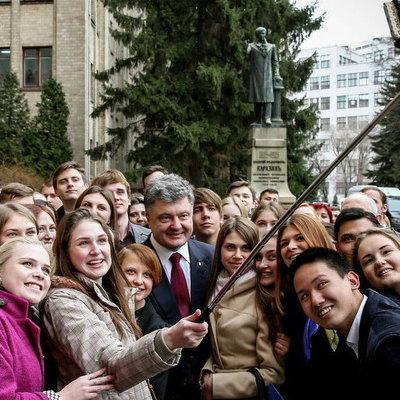 Порошенко обещал не пропустить в бюджет отмену стипендий