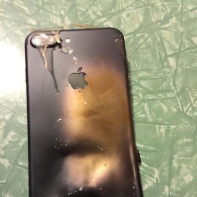 Новый iPhone 7 взорвался прямо в заводской упаковке во время доставки