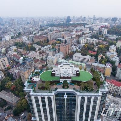 В центре Киева появился первый настоящий парк на крыше жилого высотного дома
