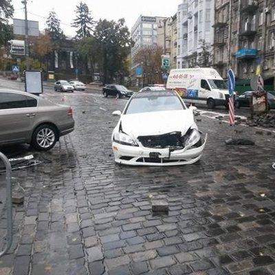 В Киеве пьяный водитель снес памятник (фото)