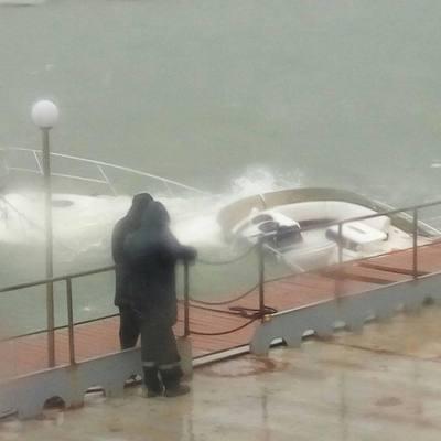 В результате шторма в Одессе затонула роскошная яхта (фото, видео)