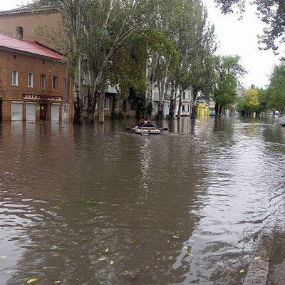 В Одессе после шторма люди плавают на лодках (фото)