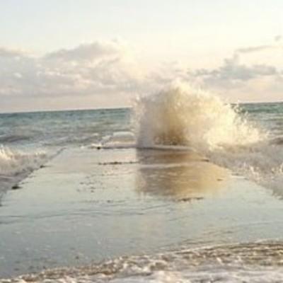 В Одессе женщину с пирса смыло в море