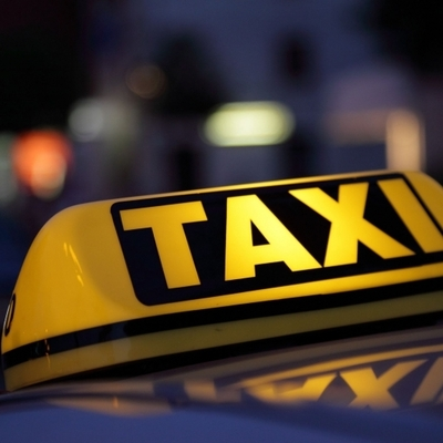 Наглый таксист: в Киеве водитель сломал боллард на Андреевском спуске (видео)