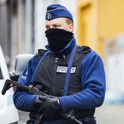 Слишком самоуверенный грабитель взял в заложники 15 человек с помощью одного ножа (фото)