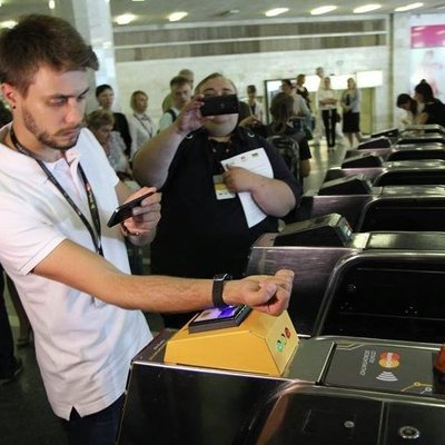 На каждой станции киевского метро установили турникет для оплаты проезда без жетонов