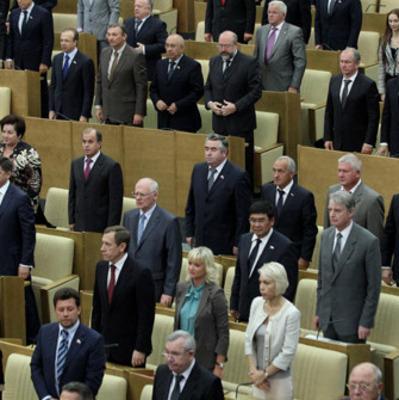 Лишь бы не перетрудился: Русского депутата «спалили» за игрой сразу на двух гаджетах (видео)