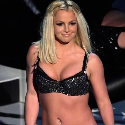 Бритни Спирс чуть не показала свою грудь на сцене (фото)