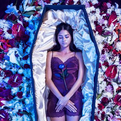 Мода для мертвых: в Британии вышла коллекция элитной одежды для покойников (фото)