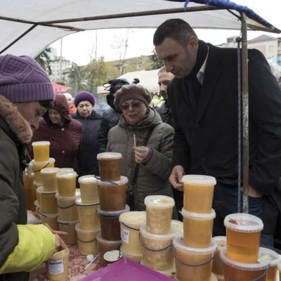 Кличко посетил социальную ярмарку и поел меду (фото)