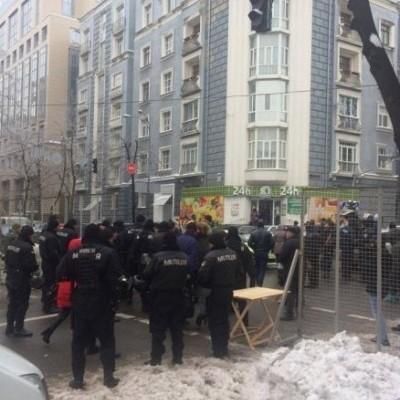 Под НБУ снова митингуют, людей привели колоннами (фото)