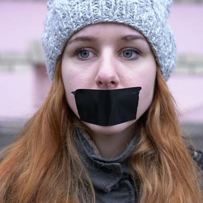 Около сотни студентов простояли под университетом со скотчем на лице в знак протеста (фото)