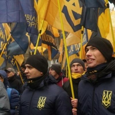 В Киеве Азов после пикета установил под Генпрокуратурой памятник экс-генпрокурорам (фото)