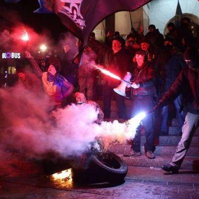 На Майдане произошли столкновения между представителями Правого сектора и полицией (фото, видео)
