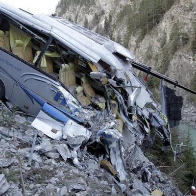 В Таиланде туристический автобус с пассажирами упал в пропасть (фото)