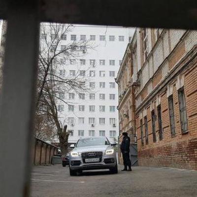 Януковича привезли на допрос к зданию суда в Ростове (фото)