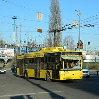 В Киеве троллейбус насмерть сбил водителя троллейбуса