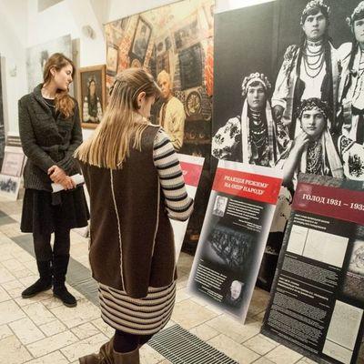 В Киеве открылась выставка ко Дню памяти жертв Голодоморов (Фото)