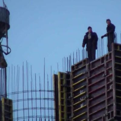 В Китае, только что построенный многоэтажный дом упал, но не развалился (Фото)