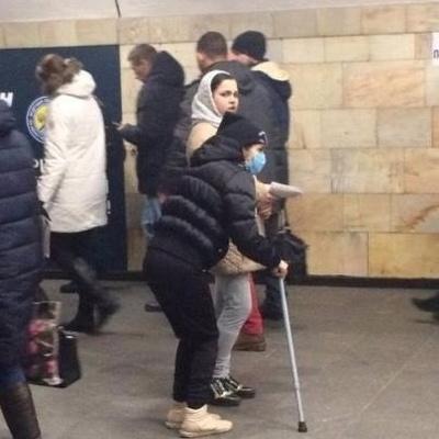 Попрошайка-инвалид из киевского метро после работы выздоравливает (фото)