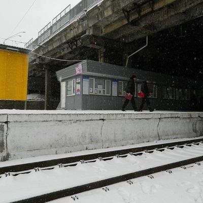 Женщина бросилась под поезд в столице: пострадавшая лишилась ноги (фото)