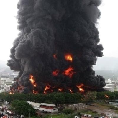 Масштабный взрыв на нефтеперерабатывающем заводе в Италии (Видео)
