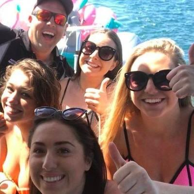 Четыре австралийки случайно уплыли в открытое море на фламинго, единороге и динозавре (Фото)