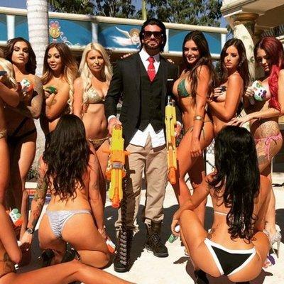 Австралийский плейбой устраивает секс-вечеринки и страстные оргии (фото)