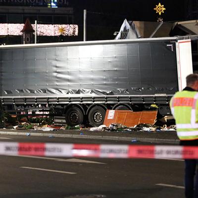 Теракт в Берлине: Водитель в кабине грузовика был застрелен к трагедии