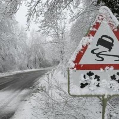 В Киеве на дорогах – скользко и мокро, водителей призывают ездить осторожно