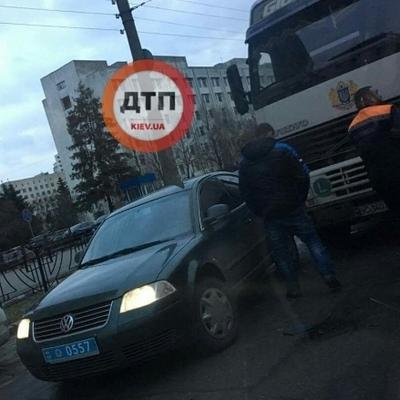 В Киеве полицейский Фольксваген столкнулся с фурой