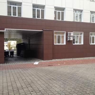 В Киеве пациент выпал с седьмого этажа клинической больницы и разбился (фото)