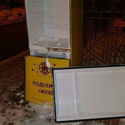 В Киеве холодильник с едой для бедных варварски ограбили и сломали (фото)