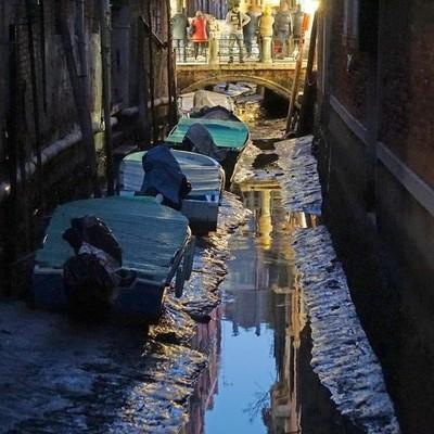 В Венеции пропала вода, гондолы больше не плывут (фото)