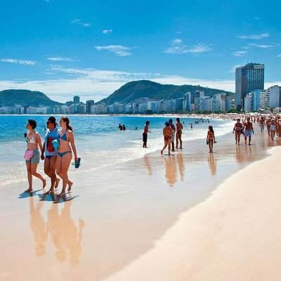 Имеем право: на пляже Аргентины обнаженные девушки устроили разборки с полицией