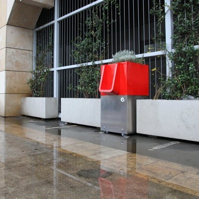 В Париже поставили клумбы для тех, «кому невмоготу» (фото)
