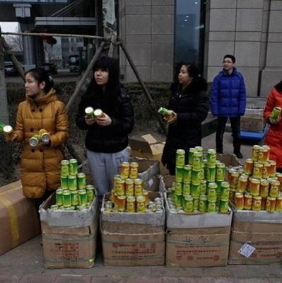 На китайском рынке продают бутылки со свежим воздухом из гор