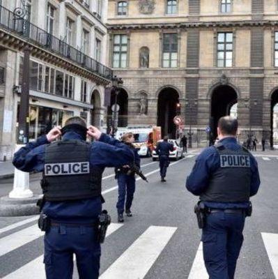 Человек с мачете пытался ворваться в парижский Лувр