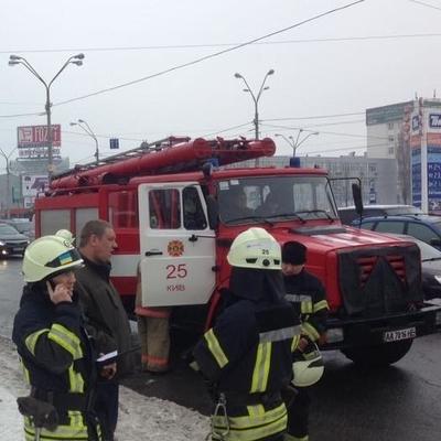 В Киеве на ходу загорелся автомобиль, тушили все (Фото, видео)