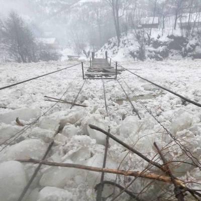 В сети появились впечатляющие видео ледохода на реках Закарпатья