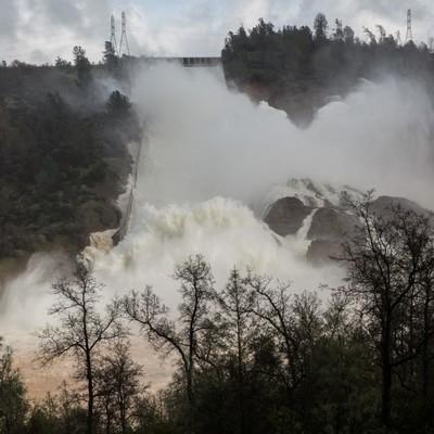 Прорвало: в США «снесло» крупнейшую дамбу (видео)