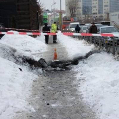 В центре Киева прогремел взрыв, из-под земли вылетел столб огня (фото)