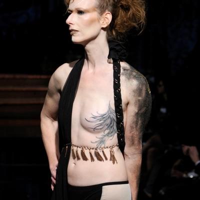 Женщины вышли на модный подиум Нью-Йорка с обнаженной грудью (фото)