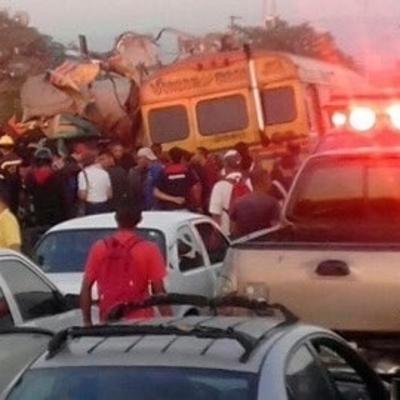 Страшная авария в Венесуэле: 16 погибших, полсотни раненых (Фото)