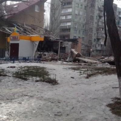 Оккупанты вновь обстреляли Авдеевку: повреждены многоэтажные дома, ранены двое подростков